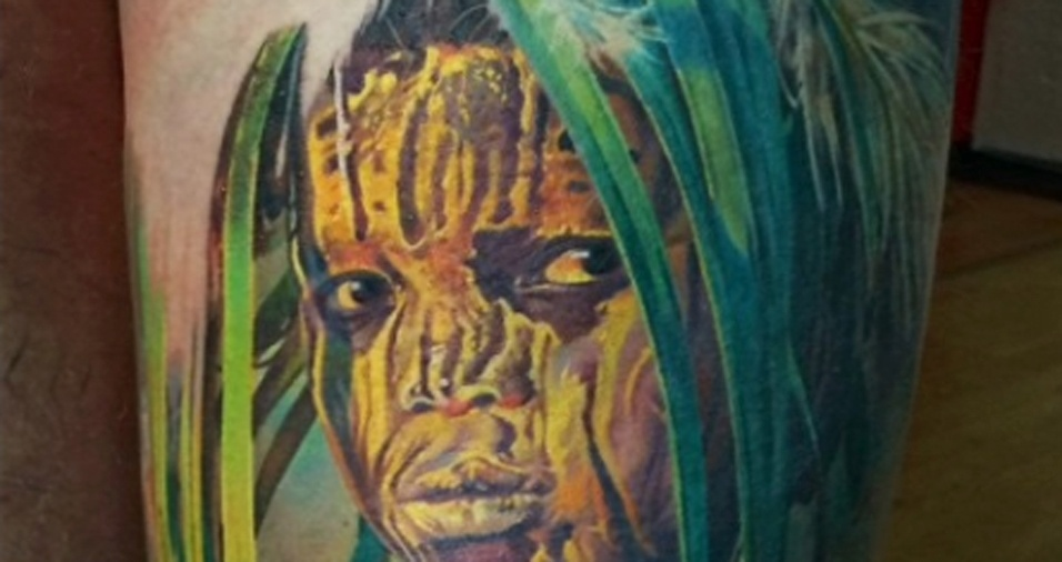 27. O tatuador faz estudos e chega a desenhar e pintar um rosto várias vezes antes de passá-lo para a pele do cliente