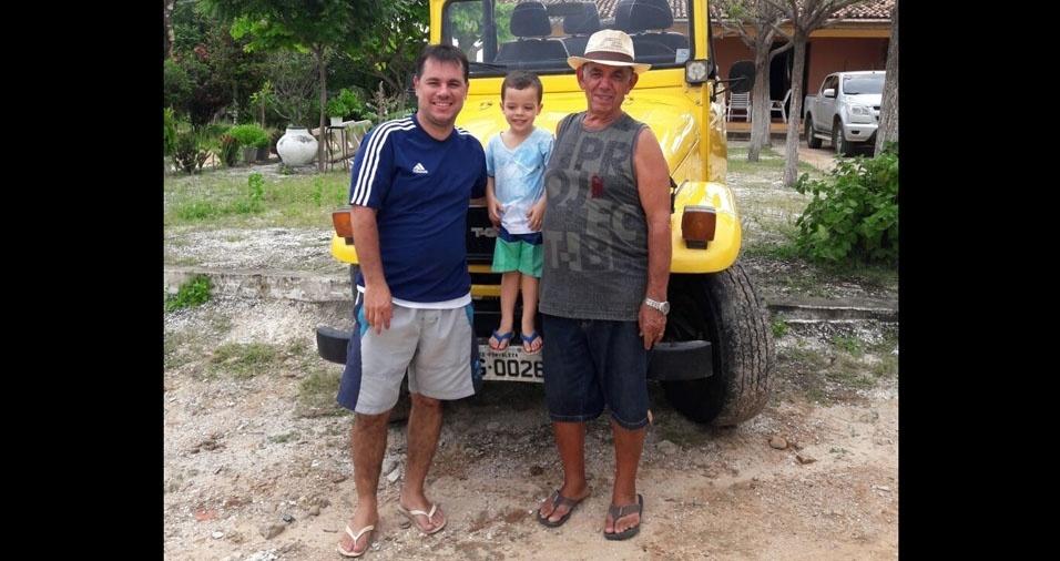 João Fialho com o papai Marcelo e o vovô Miguel, de Barreira (CE)