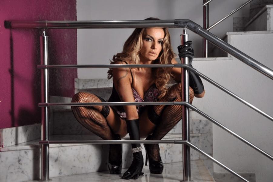 """18.ago.2017 - A modelo Wanessa Angell posou para um ensaio sensual em um motel em São Paulo e aproveitou para disparar contra os críticos. """"Me julgam por ser mulher fruta, mas não sabem escrever, vai entender"""", desabafou a doutora em educação e professora"""