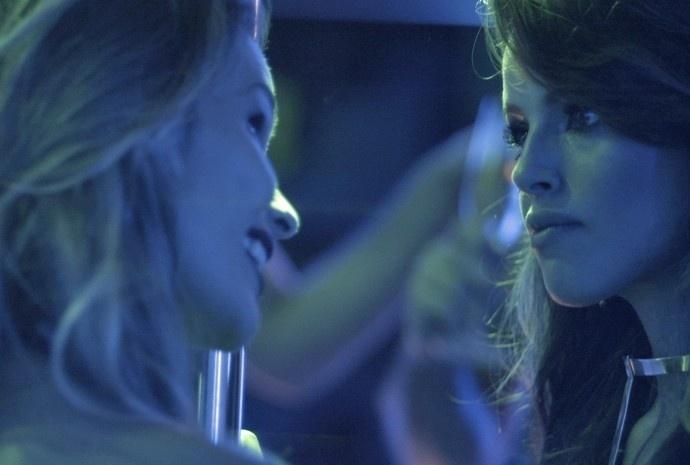 30.jun.2015 - Ao perceber a situação da amiga, Giovanna aparece para ajudá-la e acaba roubando a cena. O desenrolar da confusão vai ao nesta terça-feira