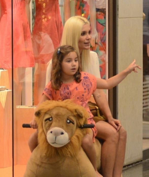 16.nov.2015 - Flávia Alessandra é flagrada com a filha, Olívia, de 5 anos, em um shopping do Rio. A menina é fruto do relacionamento da atriz com o apresentador Otaviano Costa