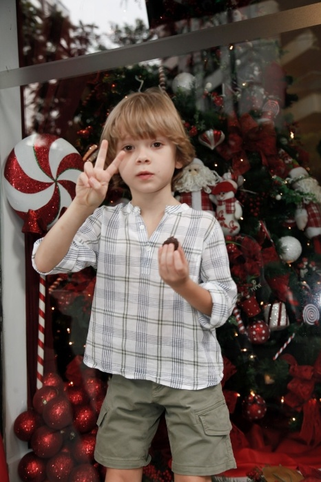 18.dez.2015 - Vittorio ainda aproveitou para brincar e entregar os presentes junto com o Papai Noel às crianças carentes das associações Projeto Novos Sonhos e Casa de Apoio Ninho