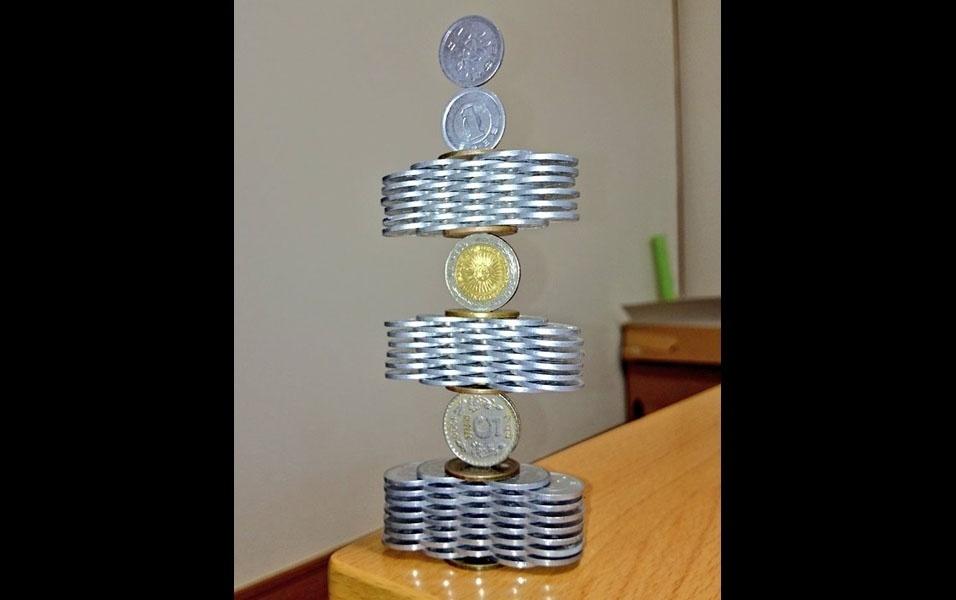 15. Escultura de moedas empilhadas
