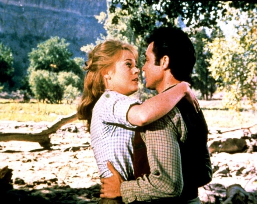 """1965 - Jane Fonda e Michael Callan em cena do filme """"Dívida de Sangue"""". Na comédia, ambientada no faroeste norte-americano, Fonda interpreta uma mulher em busca de vingança que acaba contratando um pistoleiro um pouco diferente. O trabalho rendeu a segunda indicação ao Globo de Ouro para a atriz"""
