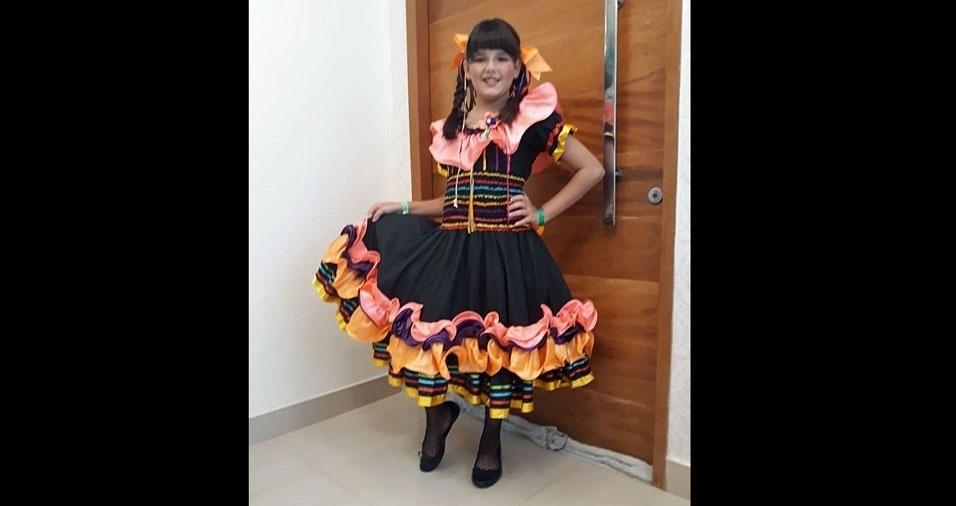 """Raquel Alice Bellumat, de Belo Horizonte (MG), enviou foto da filha Carolina, oito anos: """"Caipirinha chic"""""""