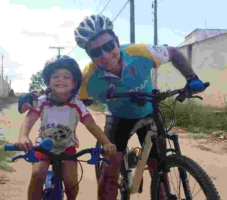 O passeio de bicicleta do Davi é na companhia do papai Celso Maderi - Arquivo pessoal