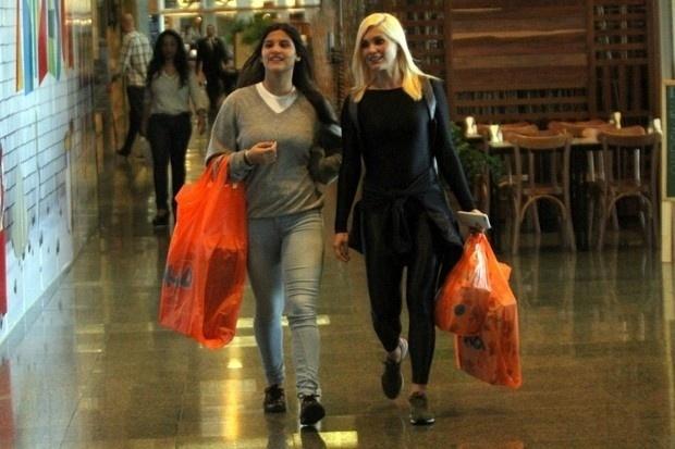 26.ago.2015 - Flávia Alessandra e sua filha, Giulia Costa, passeiam no shopping Rio Design Barra, na Barra da Tijuca, no Rio de Janeiro