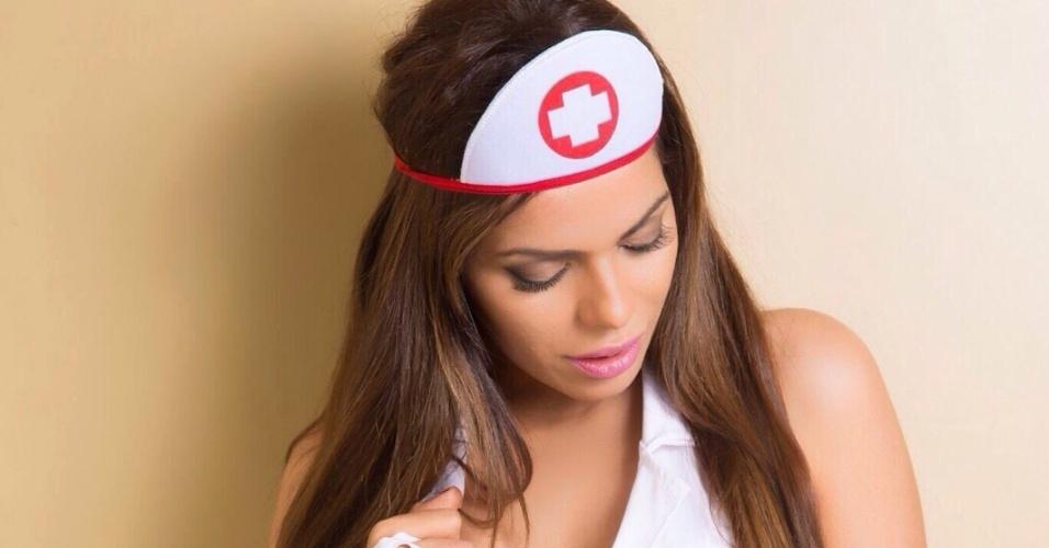 30.ago.2015 - Suzy Cortez arrasa em ensaio vestida de enfermeira sexy para uma marca de roupas eróticas