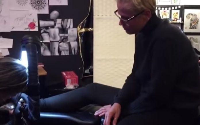 14.mar.2017 - Xuxa Meneghel postou um vídeo em seu canal do YouTube em que aparece passeando por Nova York, nos Estados Unidos, com a filha, Sasha. As duas aproveitaram os momentos juntas e fizeram uma tatuagem igual no tornozelo