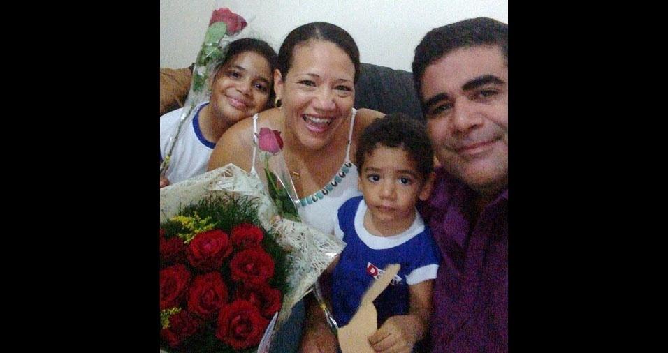 A mamãe Luceli, De Pindamonhangaba (SP), com seus filhinhos Maria Clara e João Pedro e o maridão Valter