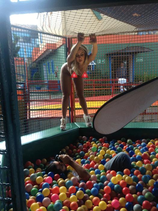 """9.mai.2017 - Ensaio de Renata Frisson para a revista """"Sexy"""" foi clicado em um parque de diversões em São Paulo"""