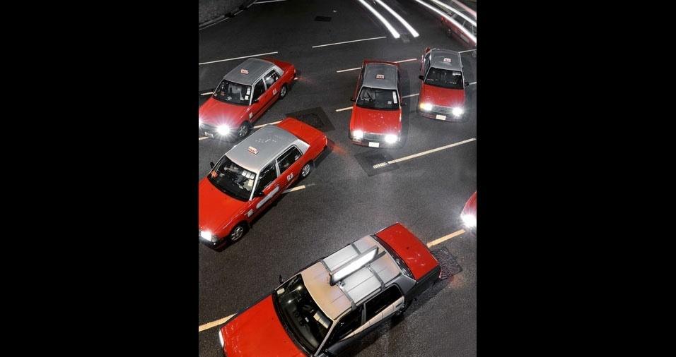 28. Em Hong Kong, táxis vermelhos com teto prata