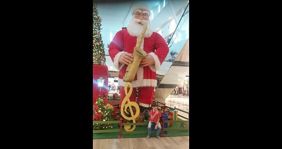 Yann Victor Santos Silva, de oito anos, é clicado com super Papai Noel em Volta Redonda (RJ) pela mamãe, Simony