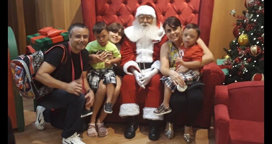 Alexandre Dias Pereira e família com o papai Noel, de Santo André (SP)