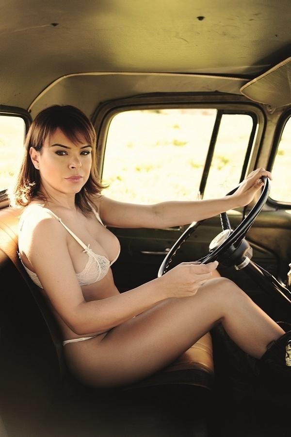 21.set.2015 - A edição de outubro de 2015 da Revista Sexy tirou a roupa da jornalista e ex-apresentadora de telejornal Fernanda Alves