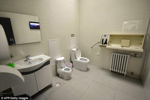 18.dez.2015 - Vasos sanitários dos novos banheiros públicos de Pequim têm descarga
