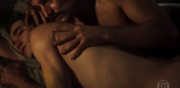 """12.jul.2016 - André (Caio Blat) e Tolentino (Ricardo Pereira) trocam carícias no capítulo de """"Liberdade, Liberdade"""" que marca a primeira cena de sexo gay na televisão brasileira - Reprodução/Gshow"""