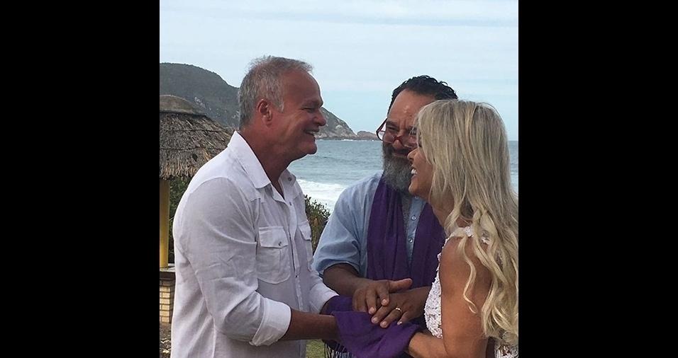 11.dez.2016 - Nas redes, outras fotos da cerimônia foram divulgadas pelo profissional que celebrou o casamento. O casal aparece sorridente em um resort na Praia do Santinho, em Florianópolis