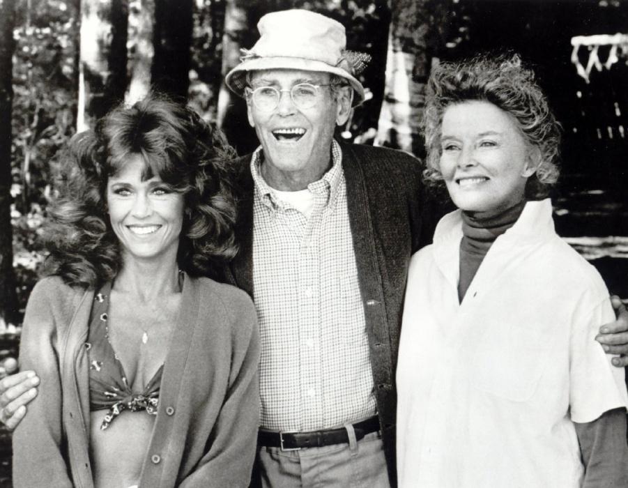 """1981 - Em """"Num Lago Dourado"""", Jane Fonda (esq.) contracenou com o pai, Henry Fonda, e Katharine Hepburn. Jane foi indicada pelo trabalho ao Oscar, Globo de Ouro e Bafta, na categoria de melhor atriz coadjuvante"""