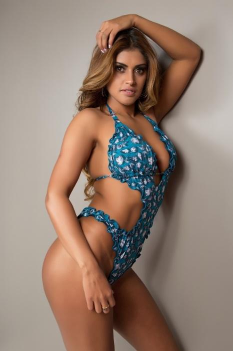 """29.set.2017 - Para disputar o Miss Bumbum 2017, Rosie Oliveira aumentou as suas sessões de drenagem linfática. """"Tudo pra ter o bumbum na lua!"""", comentou"""