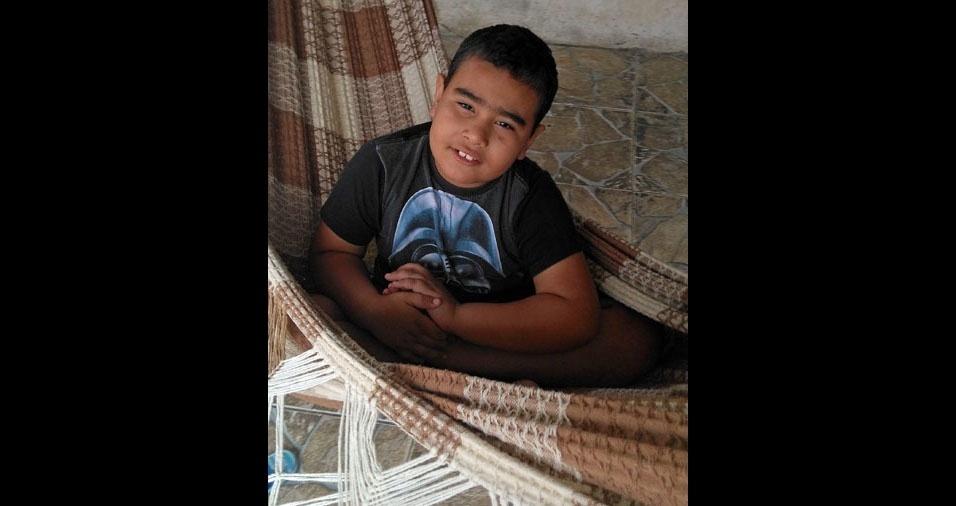"""Brincando na rede está o Luis Felipe, que a mamãe Elisangela Maria dos Santos, de Guarulhos (SP), chama de """"meu herói"""""""