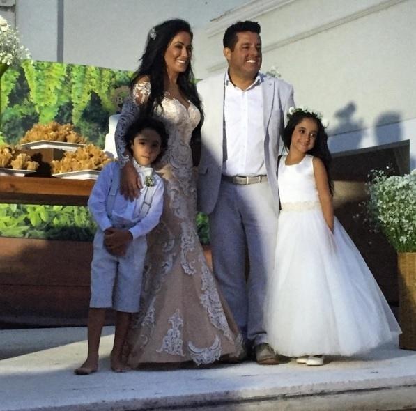 16.fev.2016 - Bruno, dupla de Marrone, posa com sua mulher, Marianne Rabelo, e com os filhos, Enzo e Maria Eduarda