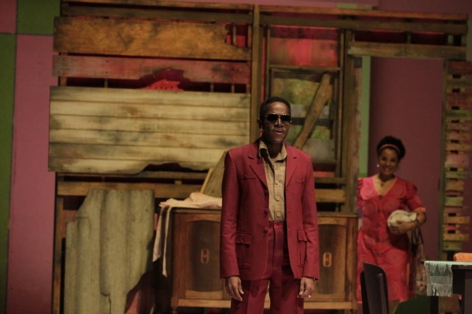 """10.set.2016 - O ator Flávio Bauraqui, que dá vida a Cartola no musical """"Cartola - O Mundo é um Moinho"""", em cena ao lado da atriz Virginia Rosa, que vive Dona Zica, o verdadeiro amor do cantor."""