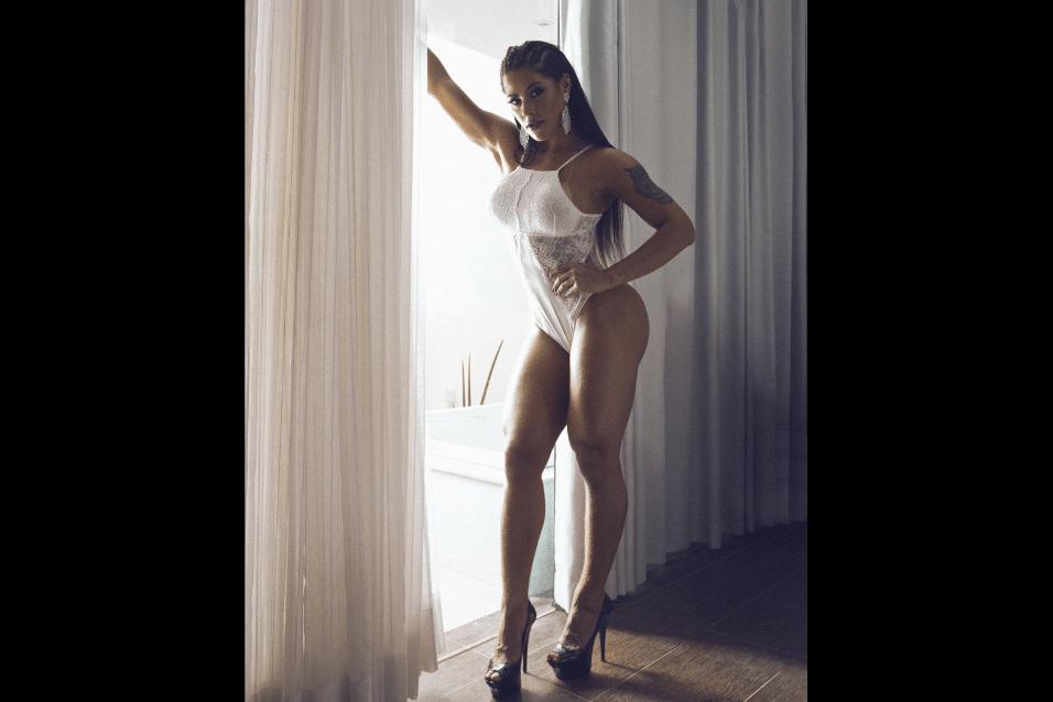4.mai.2017 - Body branco destaca as curvas da modelo Yasmin Castrillon