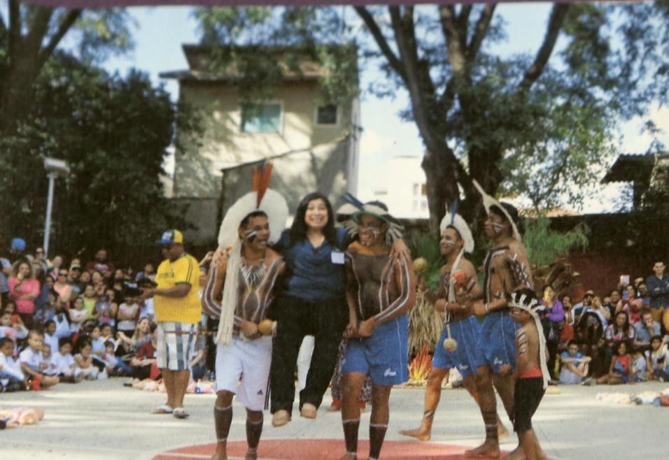 Professora Cibele. Em outro ano, foi a vez dos índios serem homenageados. A diversidade é uma bandeira da escola, que já sofreu com atos racistas e pichações por conta de sua atuação a favor da negritude e do respeito ao próximo