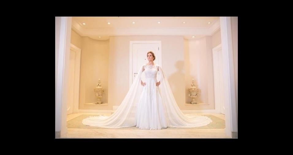 10.mar.2018 - Priscila Raab posa para Sabrina Vasconcelos durante o casamento