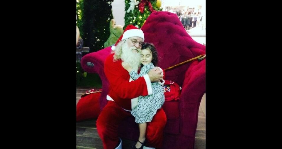 """Vanessa Klesse de Lajeado, do Rio Grande do Sul, registrou momento fofo da filha Olívia com o Papai Noel no Shopping de Lajeado. """"Ela foi contar para o Papai Noel que a cartinha já está pronta para ele buscar em casa"""", disse ela"""