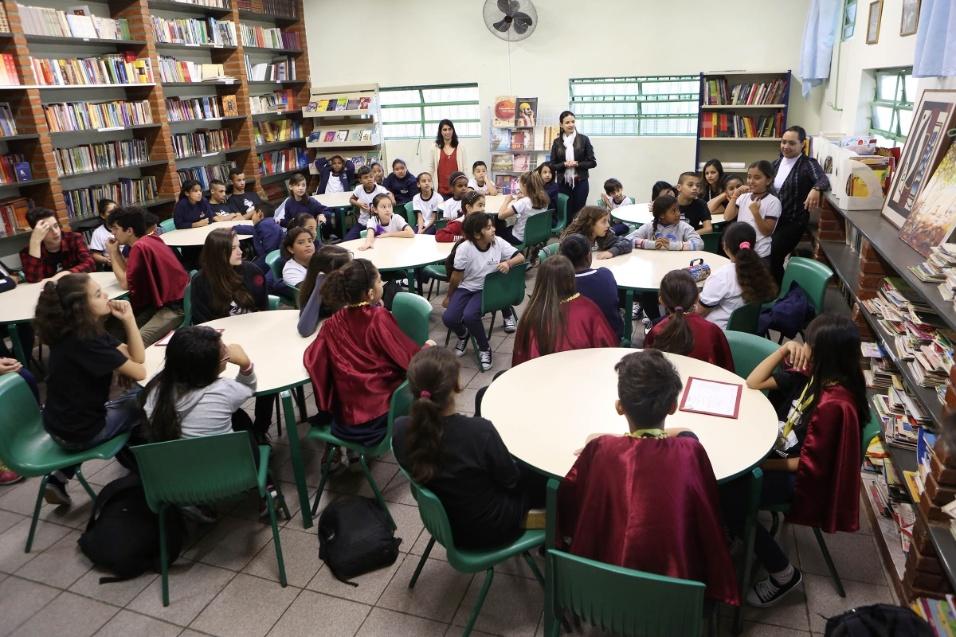 Grupo de alunos da EMEF Barão de Mauá, na zona leste de São Paulo, de diferentes idades e ciclos da AEL, se reúnem para falar sobre literatura e receber a professora Suelizinha, criadora do projeto, na escola