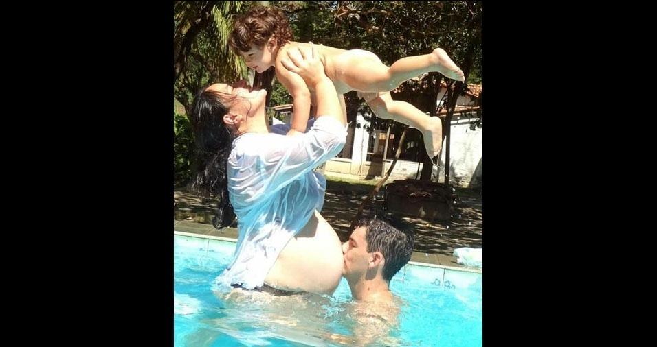 Alana com Pedro Antonio nos braços e o marido. A família está esperando pelo Benjamim