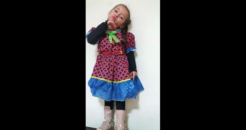 O pai Ricardo Bezerra enviou foto de sua filha Vitória, de Itaquaquecetuba (SP), na festa da escolinha