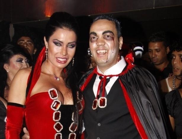 20.set.2011 - Fantasiados de vampiros, Gracyanne Barbosa e Belo comemoram o aniversário de 28 anos da dançarina em uma boate no Rio de Janeiro. Gracyanne usou um caixão para entrar no salão