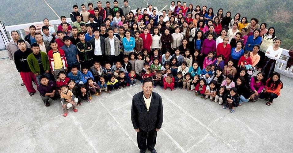 7. A maior família conhecida vive na Índia, formada pelo marido, Ziona Chan, suas 39 esposas e 94 filhos