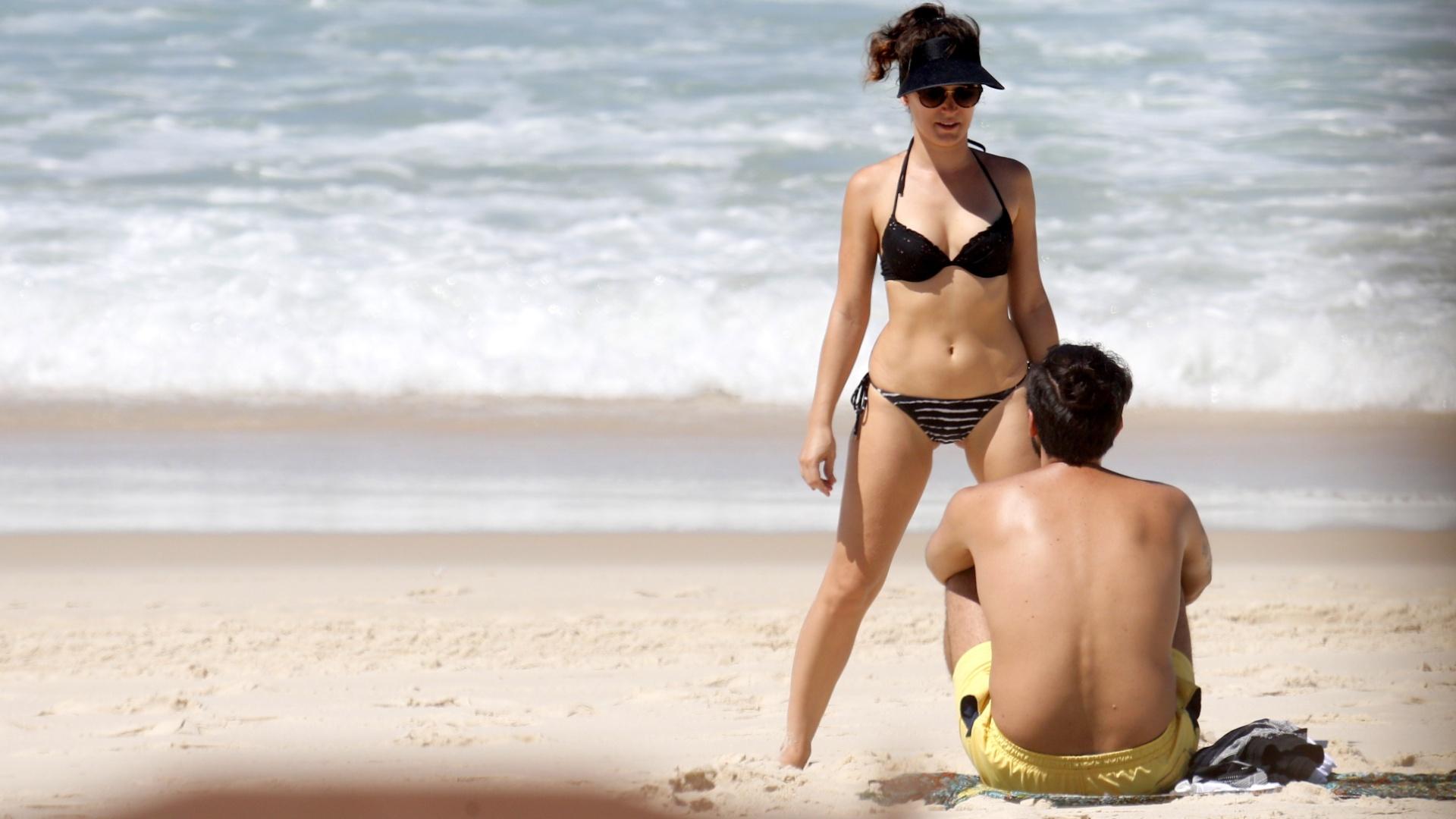 17.mar.2017 - Enquanto o marido Pedro Brandão só assiste, Bianca Bin se alonga na praia da Barra da Tijuca