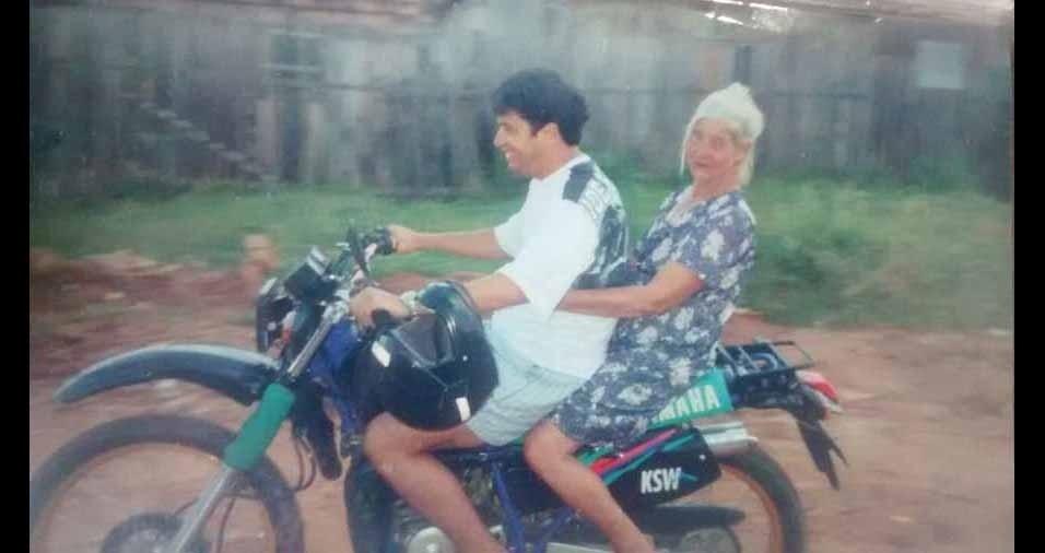 Sidiney Lelis leva a vovó Maria Fischer para passear de moto