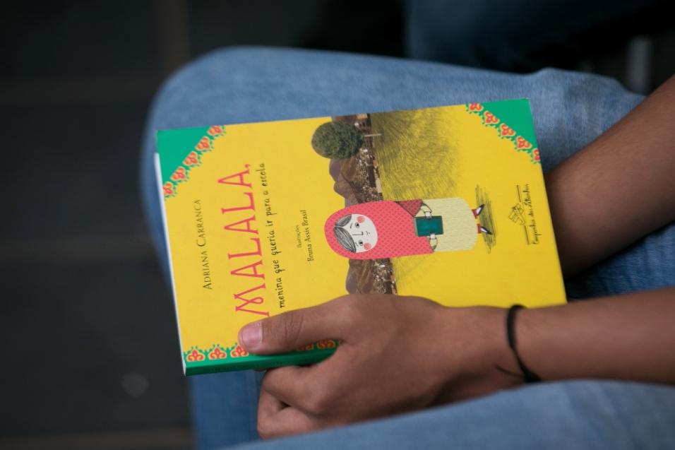 O livro de Malala Yousafzai, uma ativista paquistanesa que foi a pessoa mais nova a ser laureada com um prémio Nobel, é uma das obras incluídas no projeto