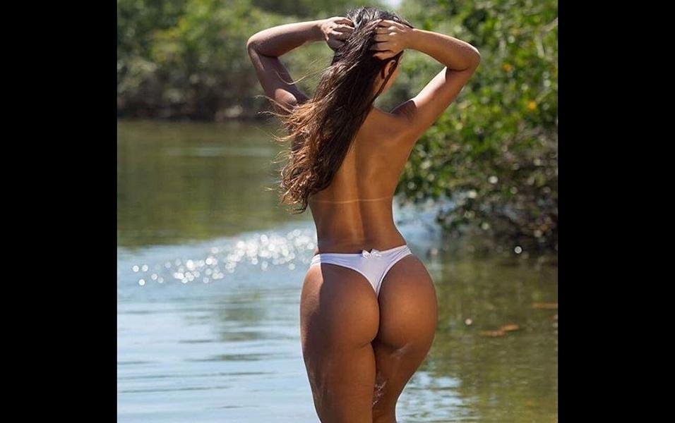 Clariane Caxito posa durante ensaio em lagoa