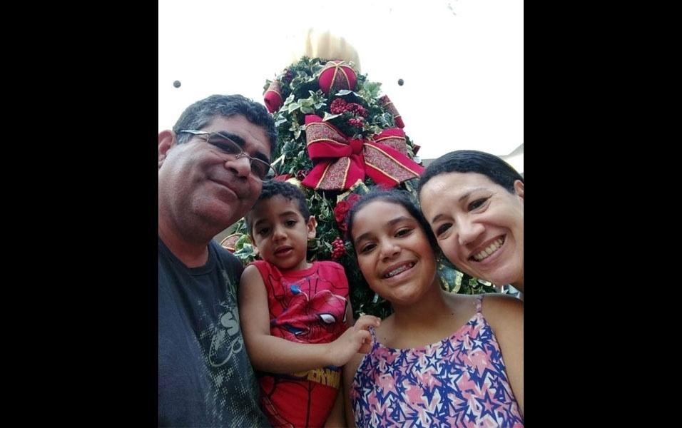Registro de Natal em família em Pindamonhangaba (SP): o pai, Valter Santos Lima, a mãe,  Luceli Aparecida Moura de Andrade Lima, e os filhos, Maria Clara de Andrade Lima e João Pedro de Andrade Lima