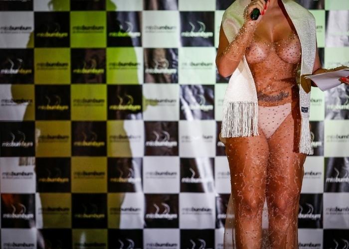 18.nov.2014 - Detalhe do vestido transparente de Andressa Urach na final do Miss Bumbum Brasil 2014