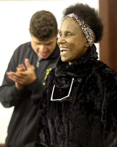 Cantoria, palma da mão, sorrisos e alegria são presença garantida nas apresentações do Samba da Vela, todas as segundas-feiras, em São Paulo