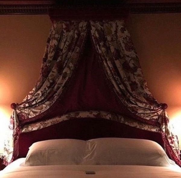 17.nov.2016 - Isso mesmo! É apenas uma cama. Só que na outra imagem, ela está de cabeça para baixo