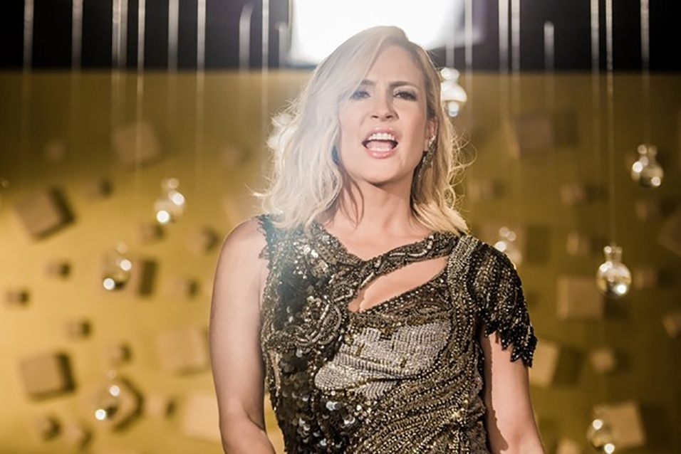 """23.jan.2017 - Claudia Leitte escolheu um vestido glamuroso para a gravação do clipe da música """"Eu gosto"""", com Dennis DJ. O look, avaliado em R$ 9 mil tem assinatura do estilista Carlos Miele"""