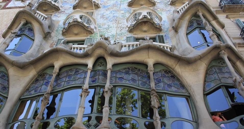 14. A Casa Batlló, em Barcelona, é um edifício modernista catalão situado no Passeig de Gràcia, número 43, e foi originalmente construído por Emilio Sala Cortés, em 1877, e comprado 26 anos depois por Josep Batlló Casanovas, que ao invés de demolir, contratou Gaudí para renovar o imóvel. A casa também é um patrimônio mundial da UNESCO e é aberta ao público