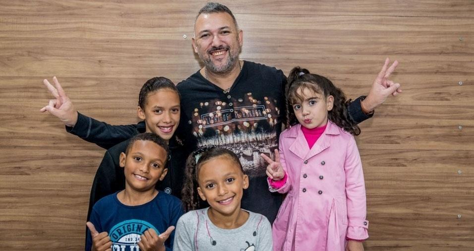 Rafaella, Pedro, Maria e Giovanna com o pai Luciano, de São Miguel Paulista, São Paulo (SP)