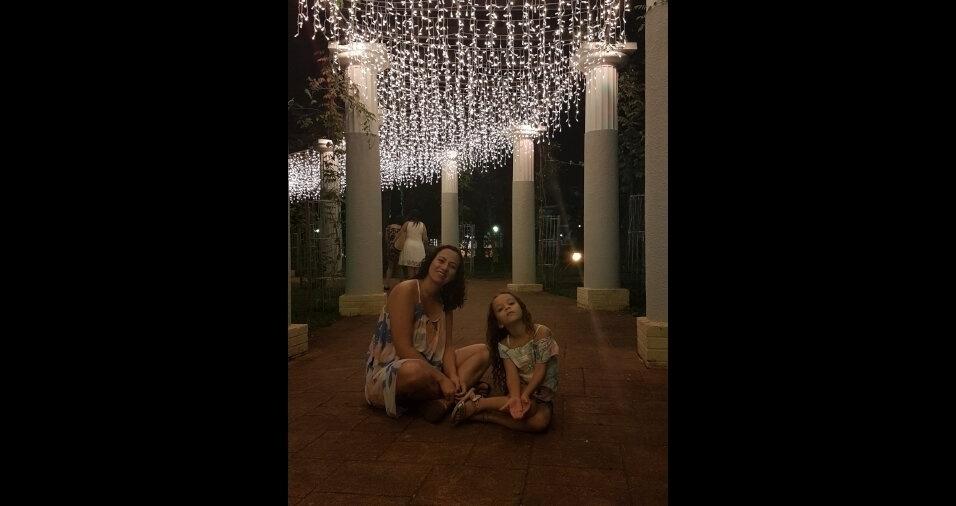 """""""Mamãe Bárbara com suas filhas Helena, de cinco anos, e a pequena Cecília na barriga"""""""