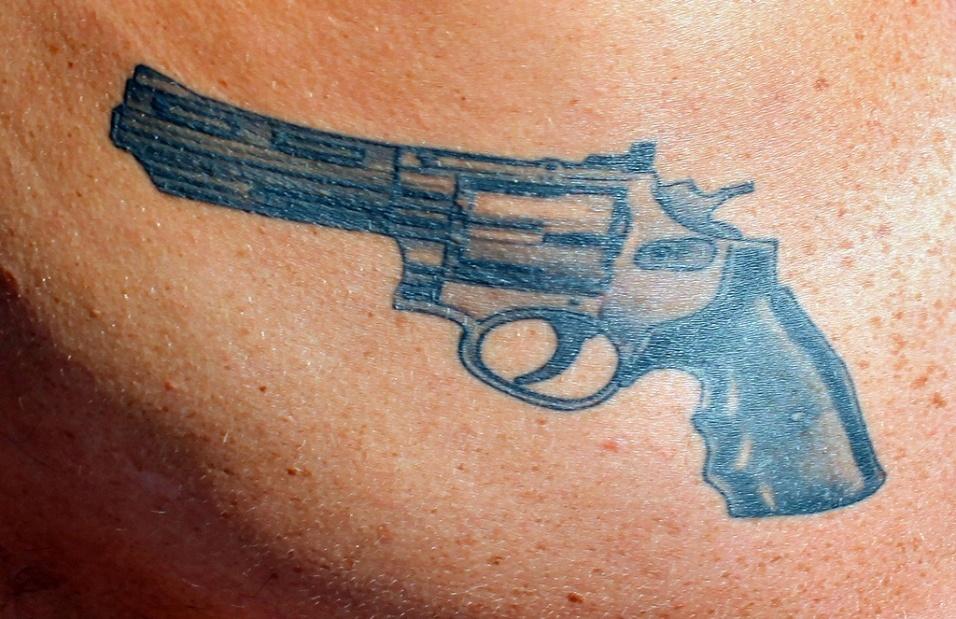 9.mar.2016 - Uma arma de fogo pode indicar que a pessoa usa um revólver em seus crimes. Quando encontrada na barriga, significa roubo, enquanto na perna simboliza latrocínio