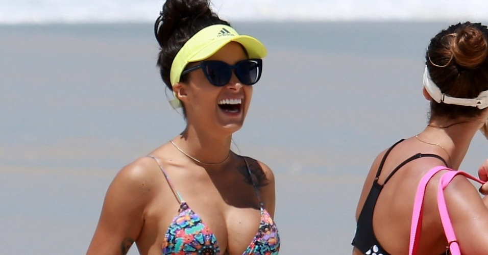 9.nov.2016 - A modelo e bailarina Aline Riscado curtiu o dia de sol ao lado de duas amigas e mostrou que está em ótima forma, na praia do Recreio, no Rio de Janeiro